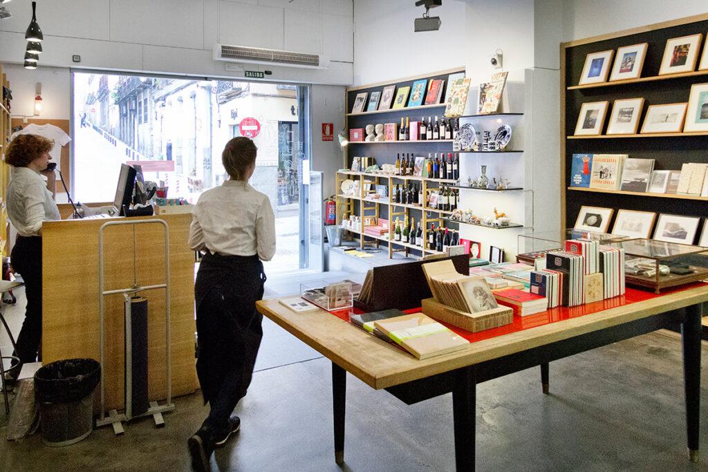 Køb fotobøger som souvenir i La Fábricas butik i Madrid