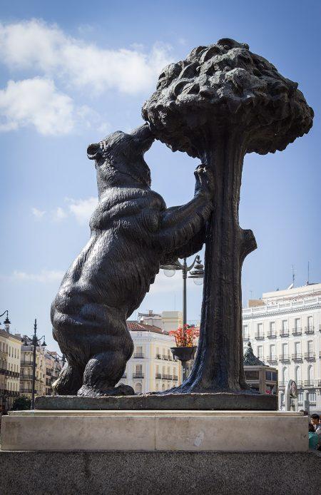 Bjørnen og jordbærtræet på Puerta del Sol er den mest fotograferede seværdighed i Madrid. . Foto: Hanne Olsen