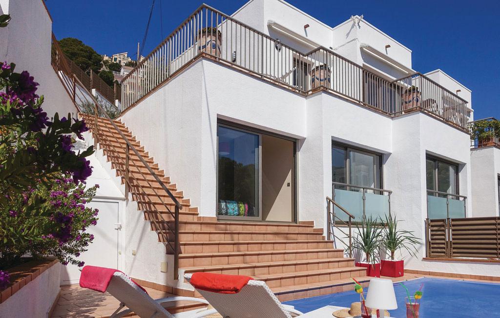 Costa Brava er både smukke strande og kulturrige byer - feriehus ved Cadaques