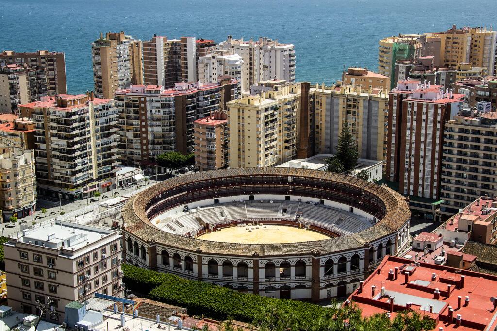 Guide Málaga: Udsigtspunktet Mirador de Gibralfaro, hvor du kan kigge ned i tyrefægterarenaen