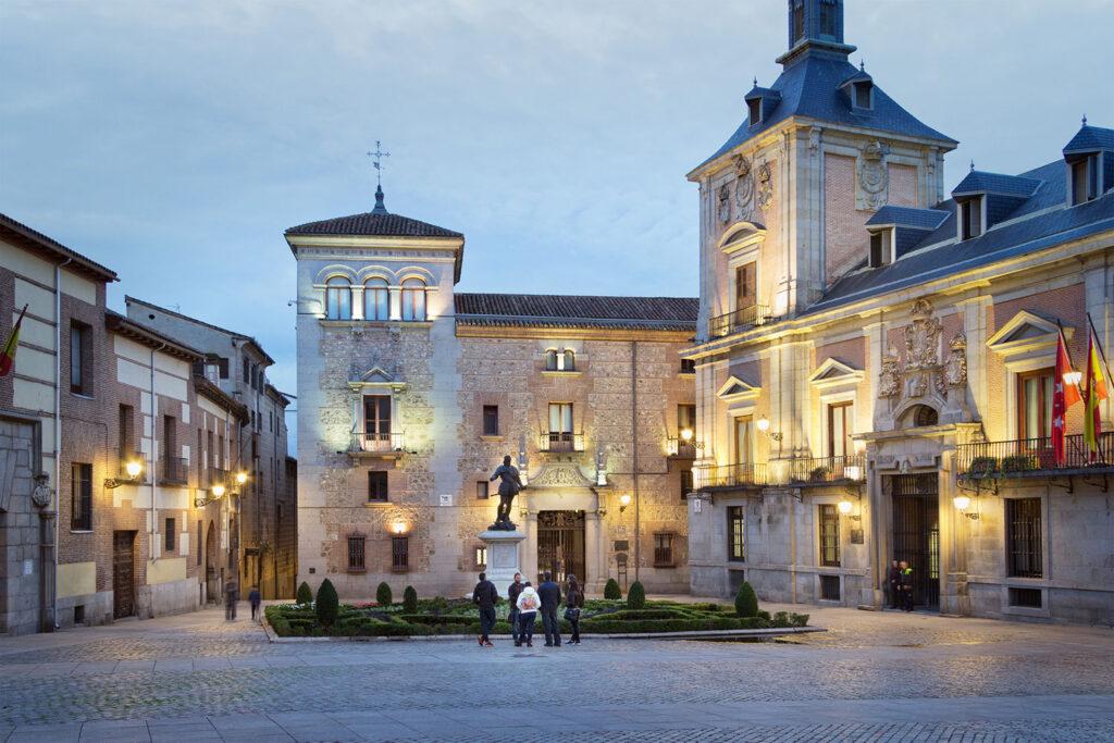 """Scener i Pedro Almodóvars film """"Bind mig elsk mig"""" blev optaget på Plaza de la Villa i Madrid."""