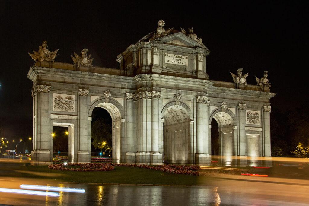 I Kødet Skælver optræder Puerta de Alcalá som location.