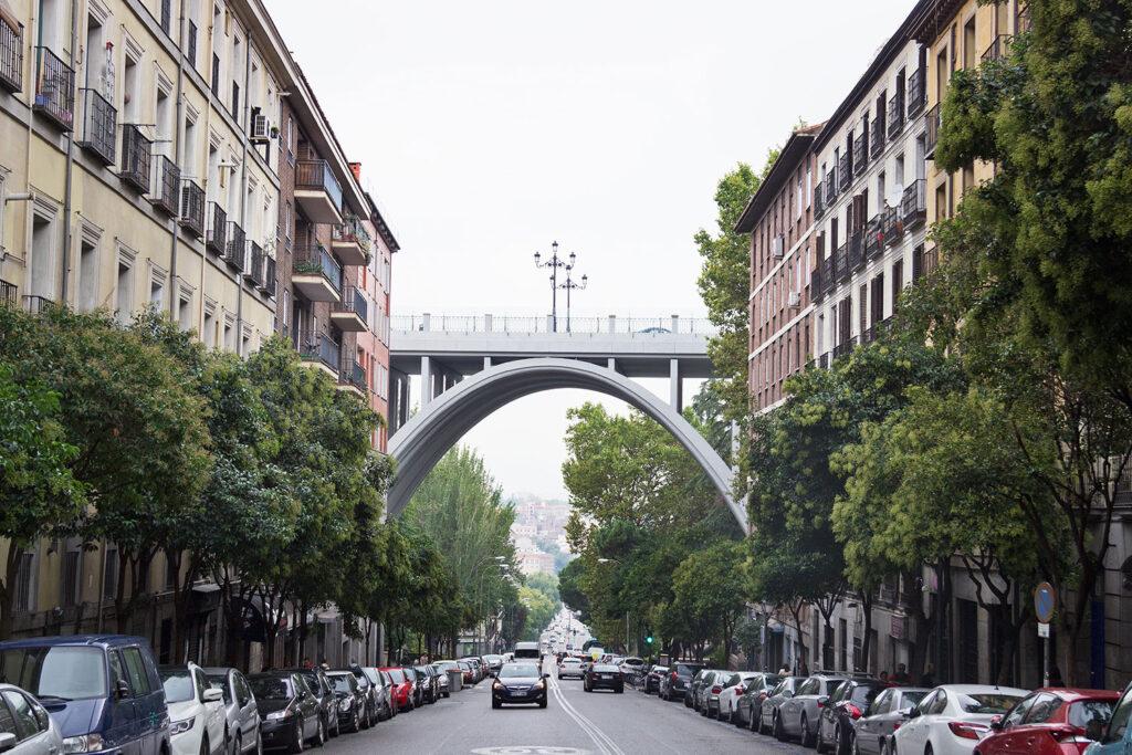 Segovia-viadukten i Madrid, der også kaldes selvmordsbroen har været benyttet i flere Almodóvar-film.