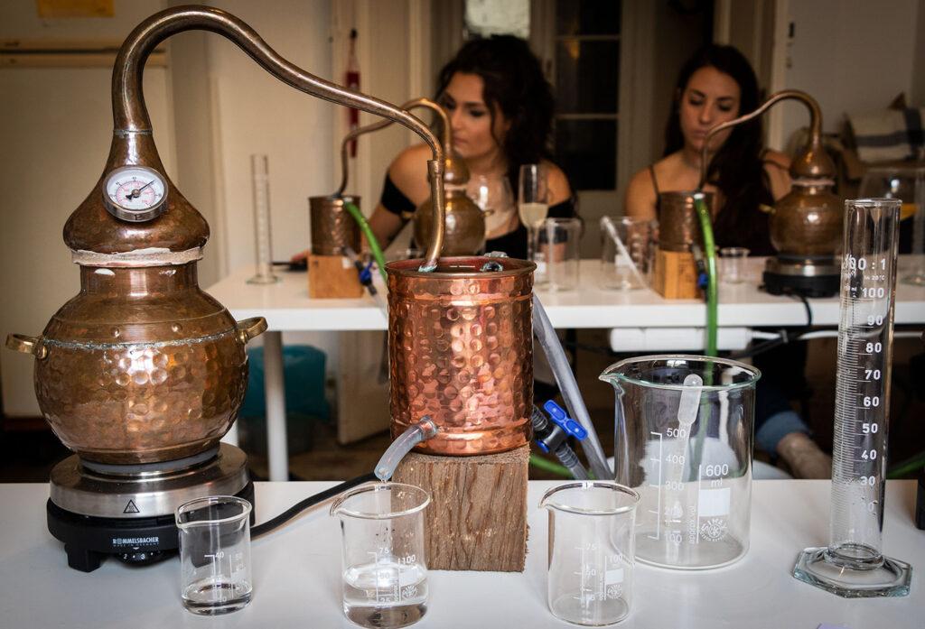 Det kræver tålmodighed når ginnen skal destilleres på workshoppen hos Corpen i Barcelona.