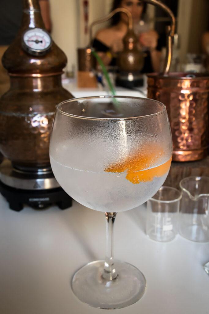 Der serveres Gin & Tonic og tapas, mens vi venter på, at ginnen destilleres hos Corpen i Barcelona.