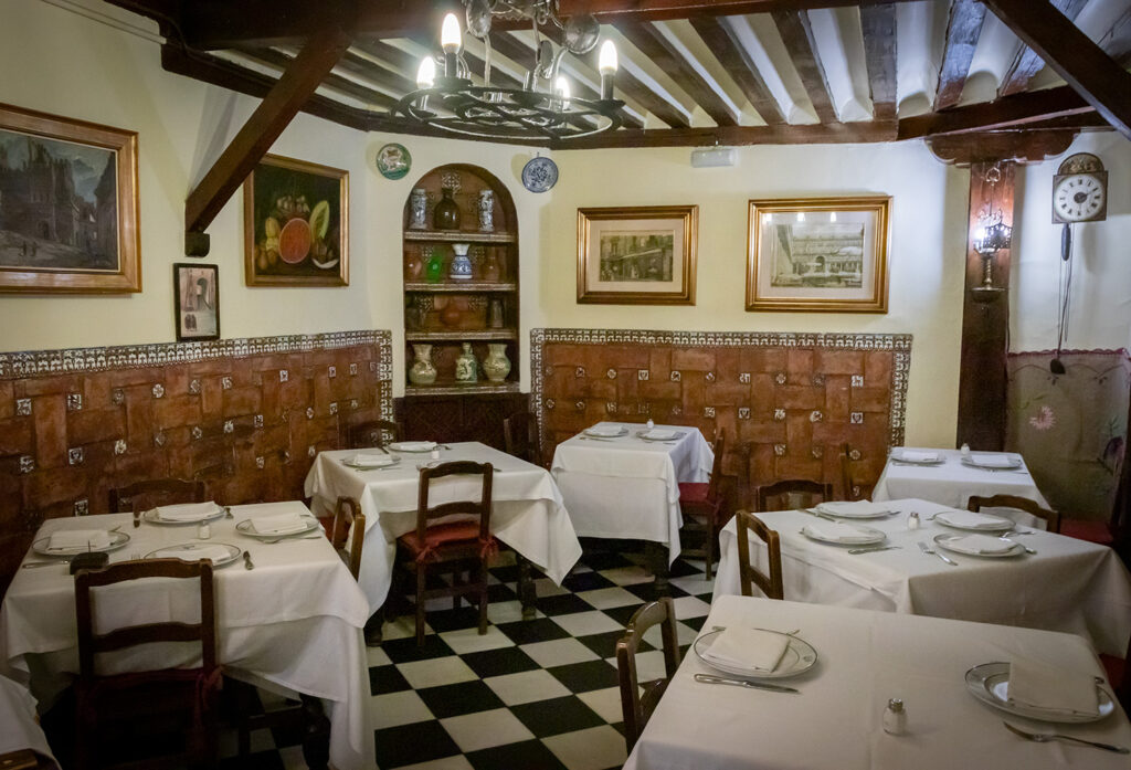 Til jul skal man spise helstegt pattegris på verdens ældste restaurant i Madrid, Botin