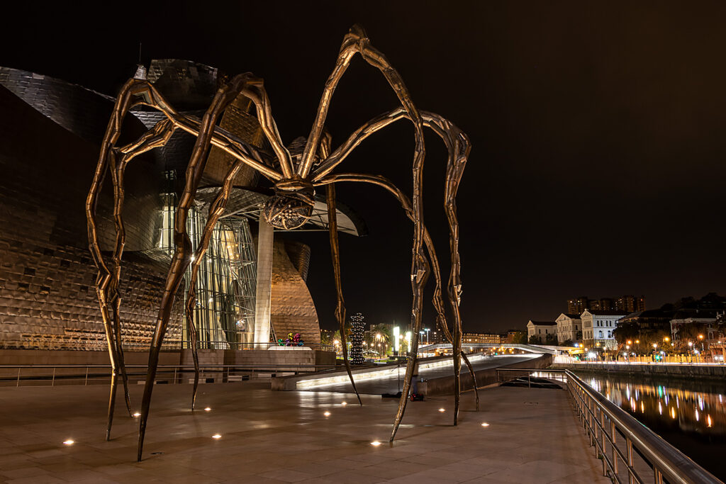 """Louise Bourgeois' edderkoppeskulptur """"Mammen"""" På Guggenheimmuseet i Bilbao"""