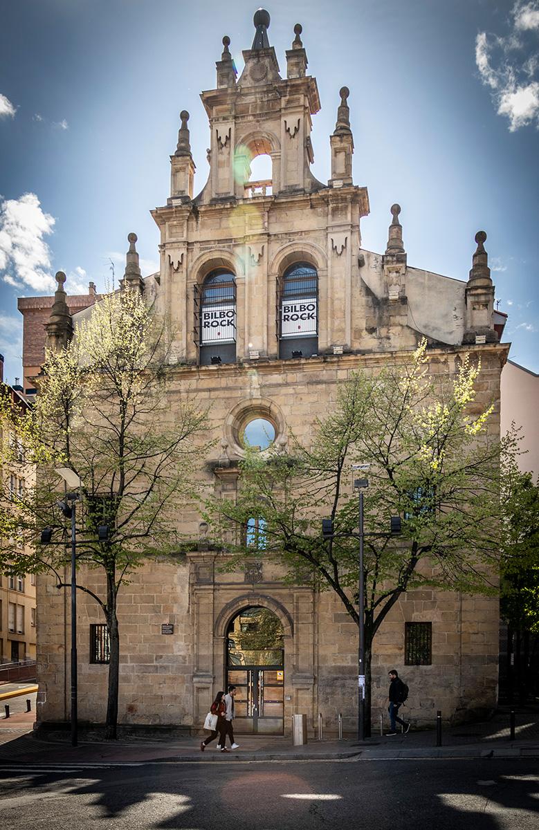 Tag til koncert i den gamle kirke i Bilbaos kunstnerkvarter.