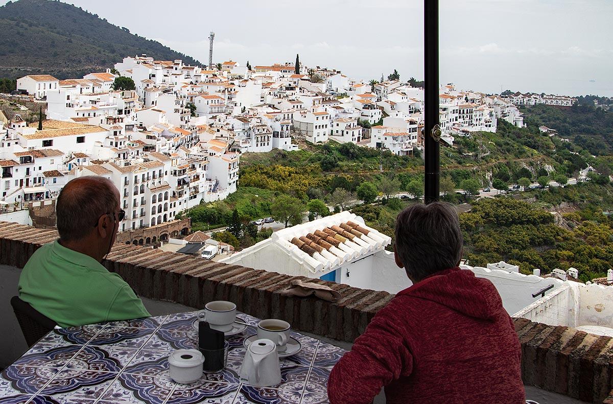 Nyd en kop kaffe med udsigt over Frigiliana.