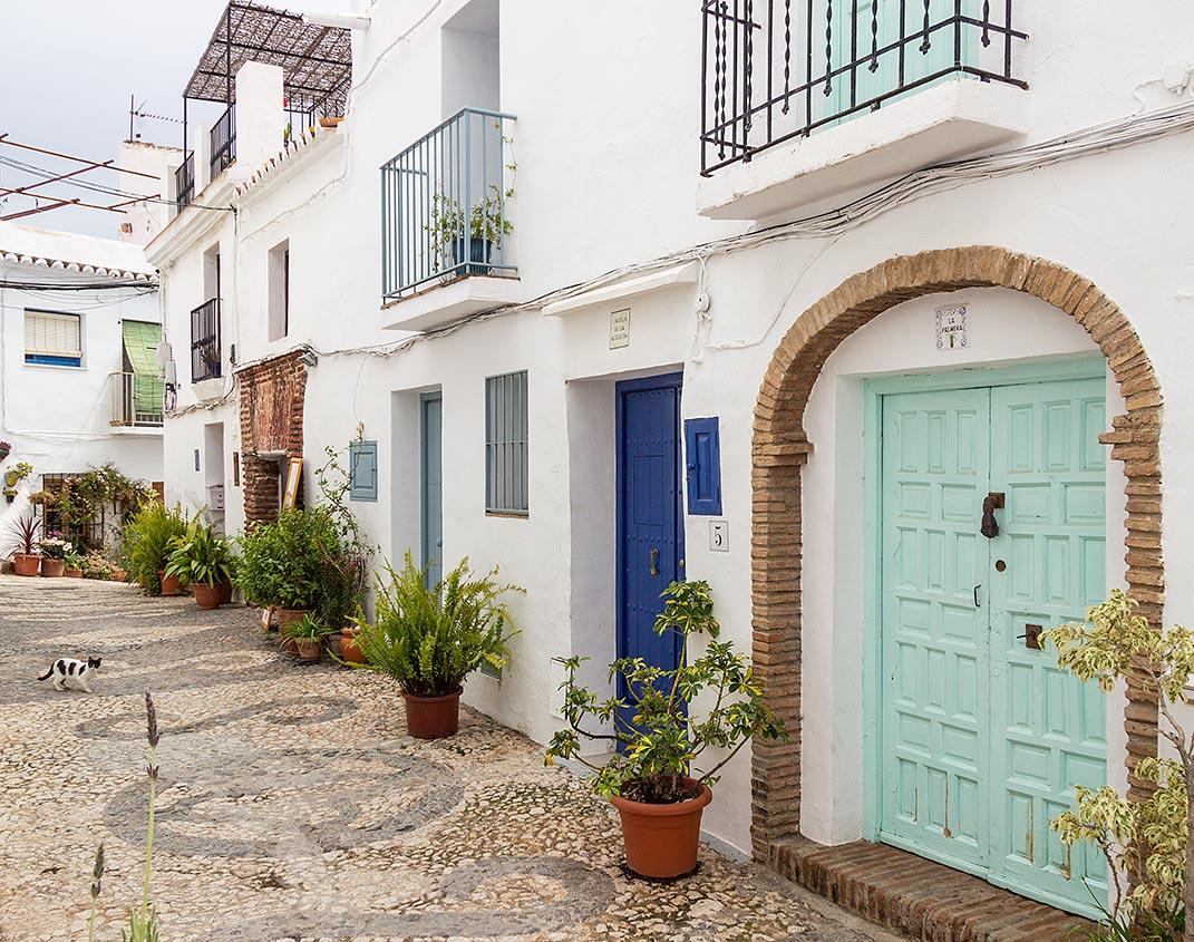 Gå tur i de smalle, brostenslagte gader på en dagsudflugt til Frigiliana i Andalusien