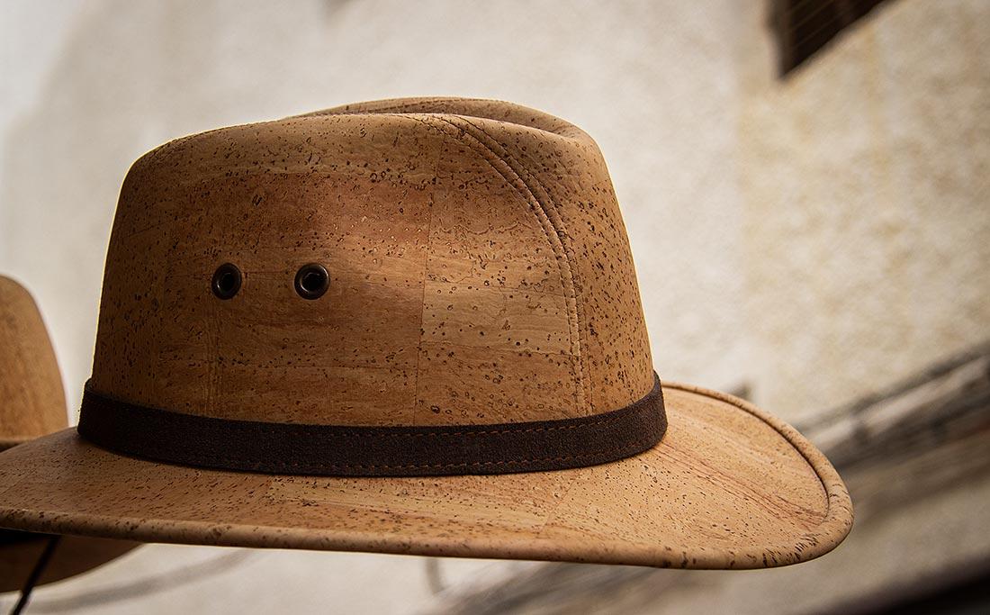 I Nerja kan du shoppe masser af souvenirs i kork - bl.a. hatte.