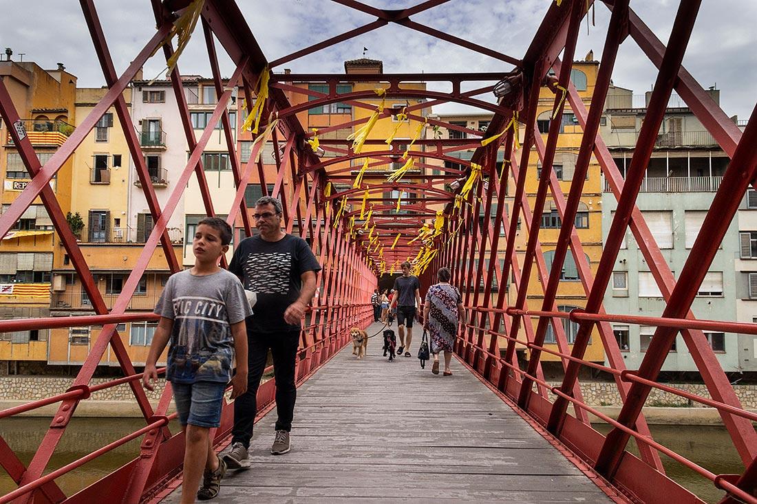 Gå en tur over Eiffel-broen i Girona.
