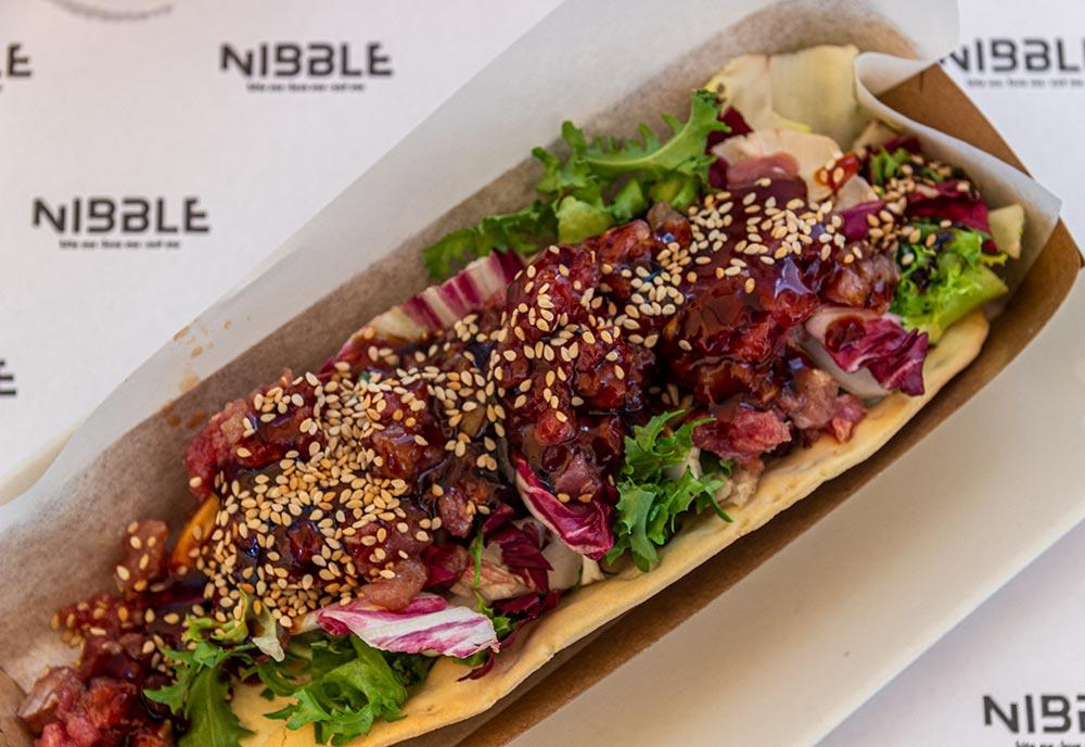 Spis slow fastfood på restaurant Nibble i Girona.