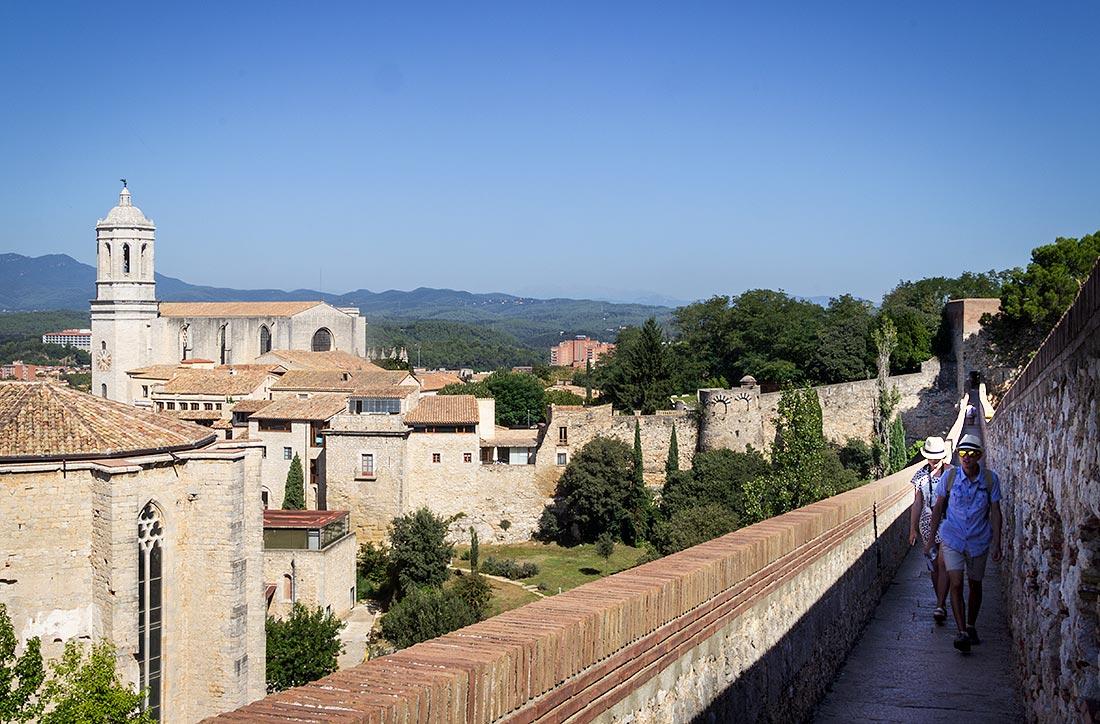 Gå tur på Gironas bymure og få fantastisk udsigt over byen