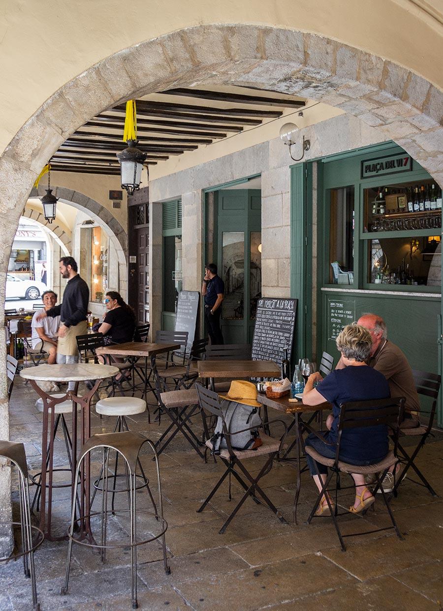 Spis klassisk catalansk under hvælvingerne på Restaurant Placa VI 7 i Girona.