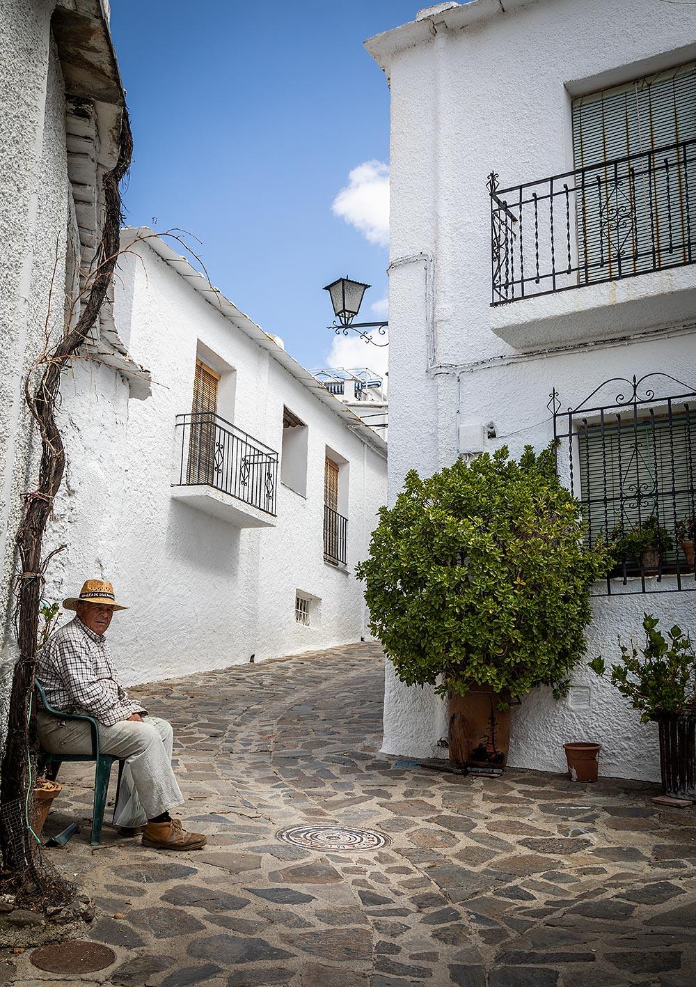 Bubión har kun få indbyggere, og derfor ser du mest øde gader.