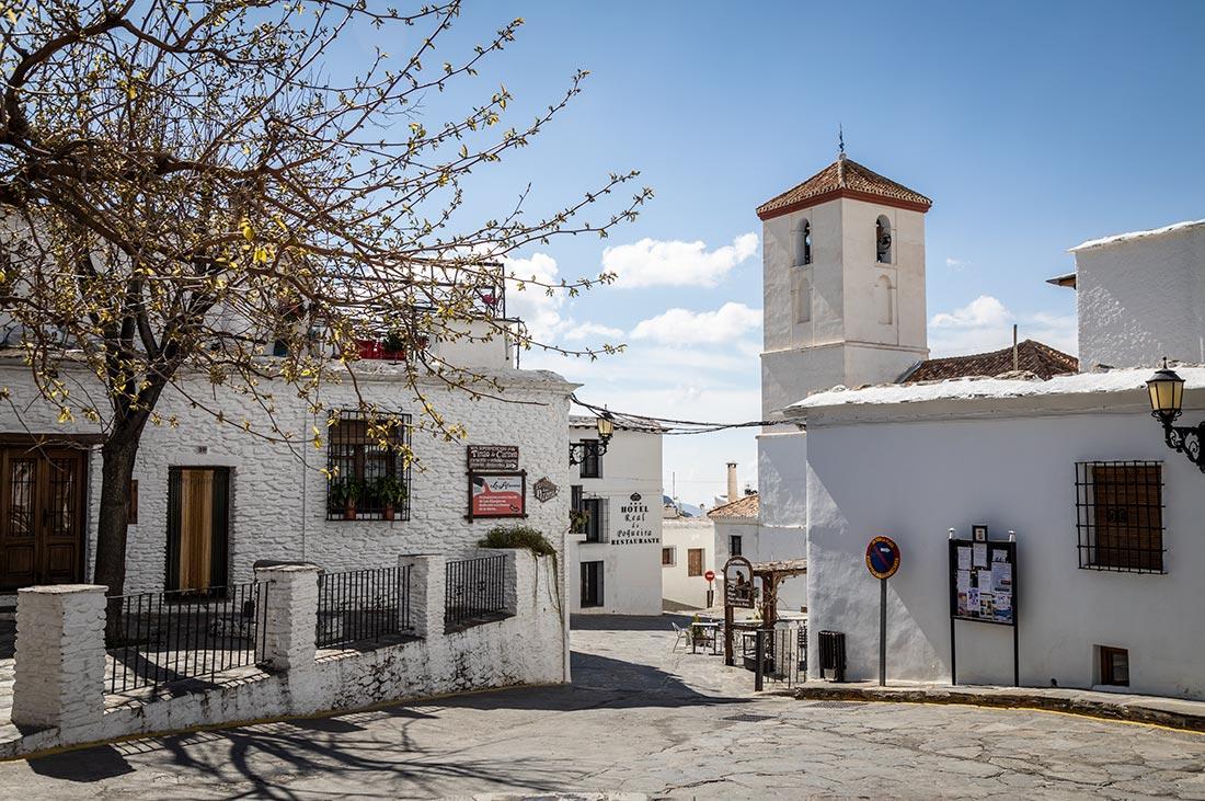 Mennesketomme gader ved kirken i den lille landsby Capileira i Alpujarra.