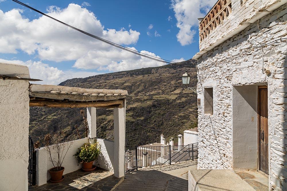 Et af de hvide huse med smuk bjergudsigt i Capileira i Alpujarra.