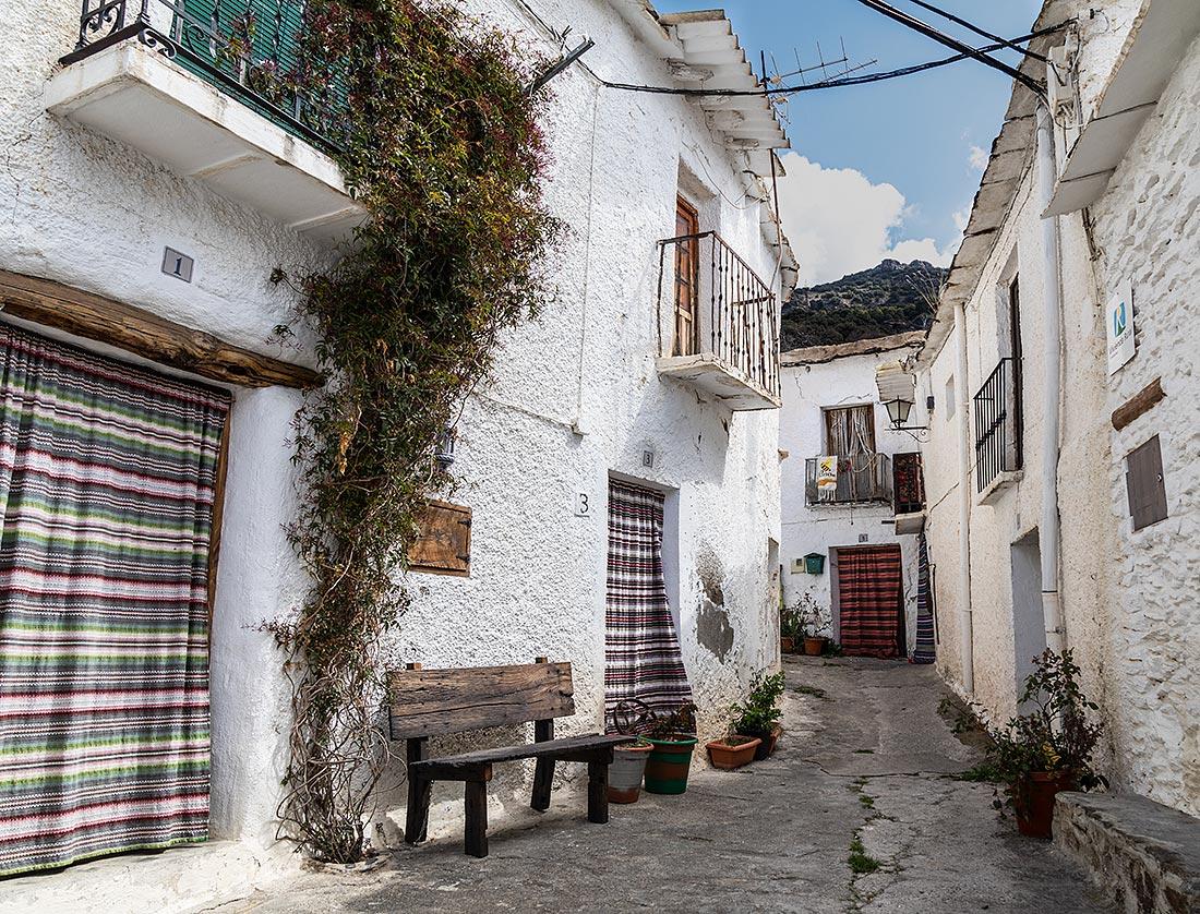 Typisk gade i Bubión i Alpujarra, hvor dørene er dækkede af vævede uldtæpper.