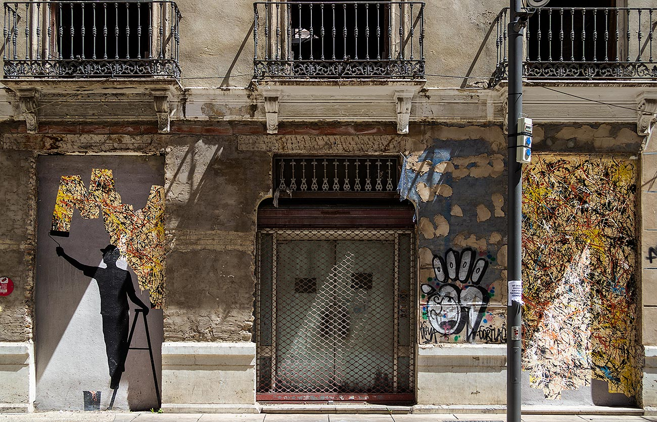 Kunstneren Pejac har skabet et værk af en malende mand i Málagas Soho-kvarter.