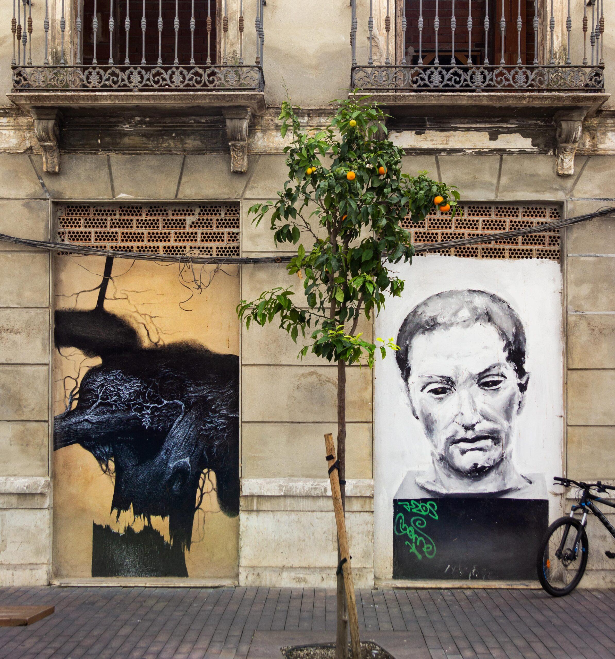 Jesús Zurita (tv) maler irrationelle billeder af følelser, og Santiago Ydáñezs portrætter har selvbiografiske referencer. Værkerne kan ses i gaden Tomas Heredia.