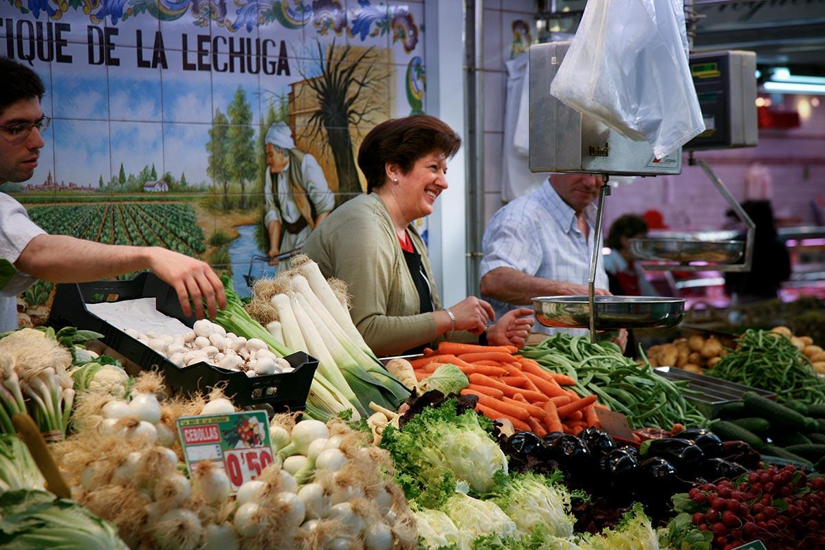 Shop på det lokale marked i La Herradura, og lav maden hjemme i lejligheden.