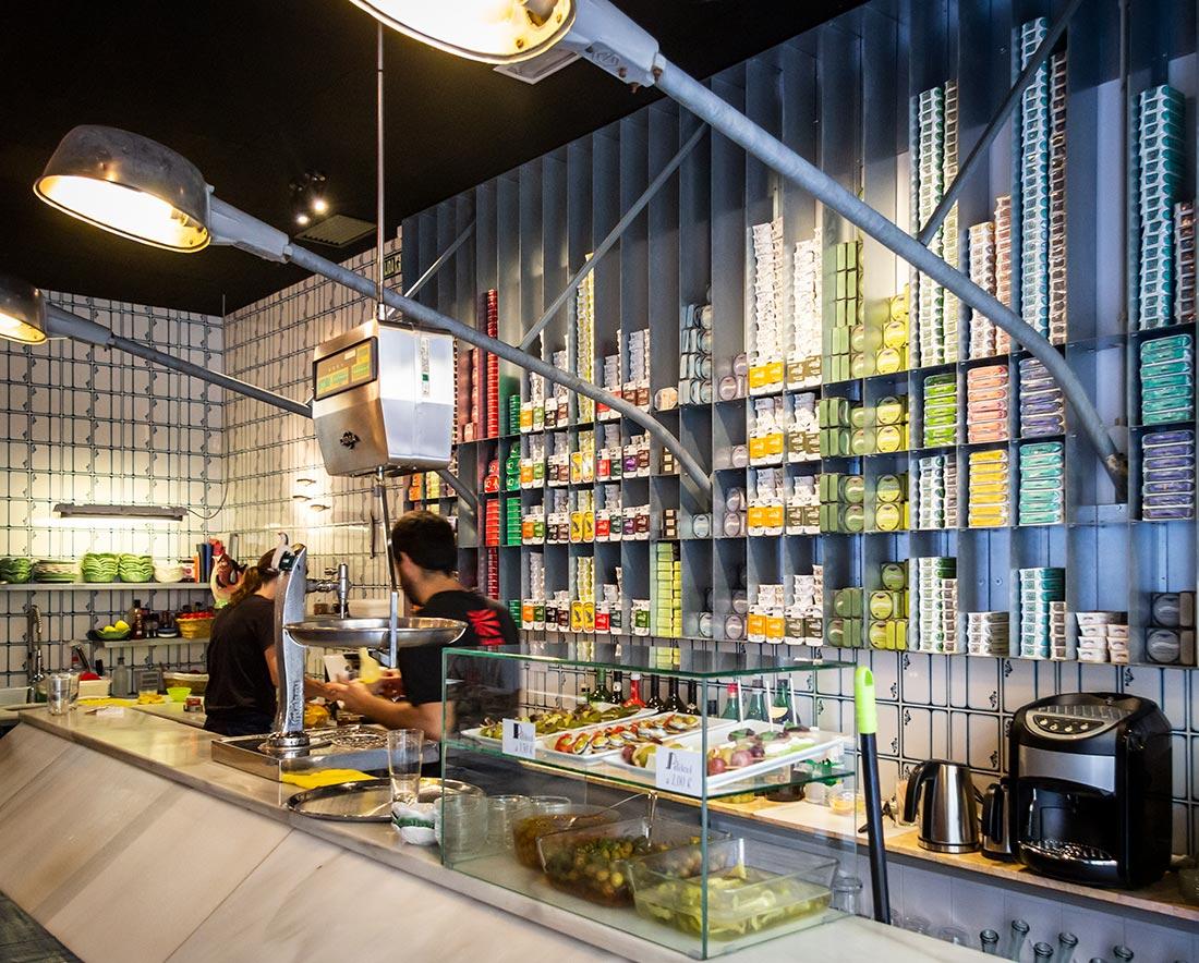 Spis alt godt fra havet fra dåse hos La Cooperativa i Valencia
